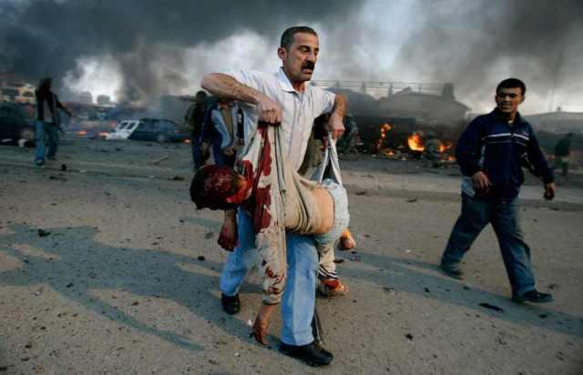 Egy fiatal fiú is áldióozata lett  a bagdadi piacon egy autóba rejtett bomba robbanásának 2007 február 18 án Fotó Reuters  Carlos Barria