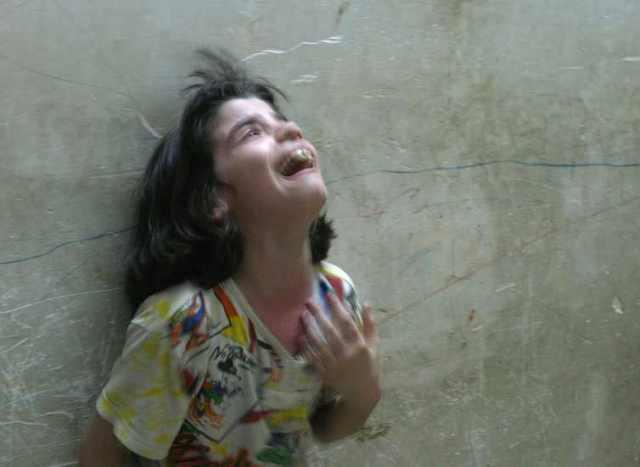 Fiatal iraki siíta kislány bánata a családjáért Najaf 2004 aug 18  Fotó Reuters  Ali Jasim