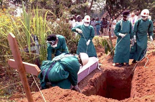 Ebola temetés védőfelszerelésben.