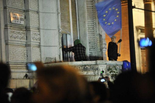 A Pesti Majdan Uniós zászló a Fidesz székházon 10.26
