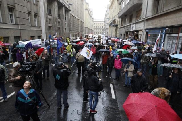 Budapest, 2015. május 21. A Pedagógusok Demokratikus Szakszervezete (PDSZ) vonulásos demonstrációjának résztvevõi az Emberi Erõforrások Minisztériuma (Emmi) épülete elõtt Budapesten 2015. május 21-én. MTI Fotó: Szigetváry Zsolt