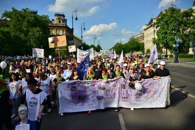 Budapest, 2015. május 29. A szociális ágazatban dolgozók demonstrációjának résztvevõi vonulnak a fõvárosi Kodály köröndrõl a belvárosi Alkotmány utcába 2015. május 29-én. MTI Fotó: Marjai János