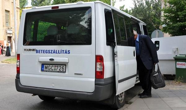 Szeged – betegszállító autók közlekednek az SZTE klinikájára. Fotó: Karnok Csaba