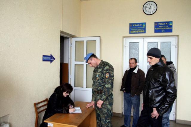 Ungvár, 2014. március 3. Önkéntesek katonai szolgálatra jelentkeznek a Kárpátaljai megyei hadkiegészítő parancsnokságon Ungváron, 2014. március 3-án. Az önkéntesek annak ellenére folytatták a jelentkezést a hadkiegészítő parancsnokságon, hogy Ivan Vaszilcjun ezredes, a hivatal vezetője március 2-án este jelezte, nincs szükség több önkéntesre, mivel a nap folyamán közel hatszázan ajánlották fel szolgálataikat az ukrán hadseregnek. Ungváron mintegy 150 önkéntes jelentkezett katonai szolgálatra március 3-án. MTI Fotó: Nemes János