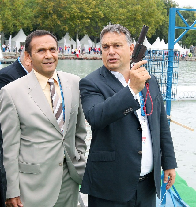 Balatonfüred, 2014. szeptember 6. Orbán Viktor miniszterelnök rajtpisztollyal elindítja a nõk 7.5 kilométeres versenyét a junior nyíltvízi úszó-világbajnokságon, Balatonfüreden 2014. szeptember 6-án. Mellette Gyárfás Tamás, a Magyar Úszó Szövetség elnöke (b2) és Kósa Lajos, a 2021-es vb szervezõbizottságának elnöke (b). MTI Fotó: Kovács Anikó