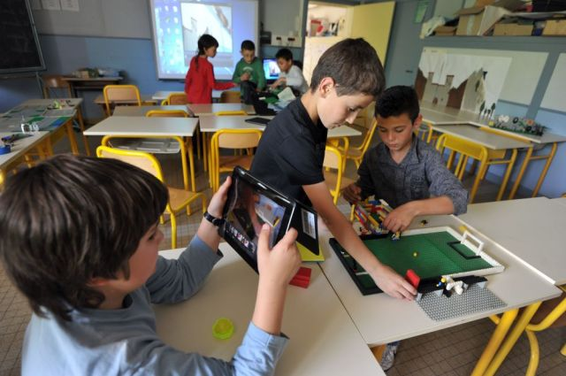 TO GO WITH AFP STORY BY YVES BOITEAU - Isoret elementary school pupils take part in a multimedia class on May 22, 2012 in Angers, western France. Isoret elementary school experiments the full 5 days of schooling. AFP PHOTO / FRANK PERRY